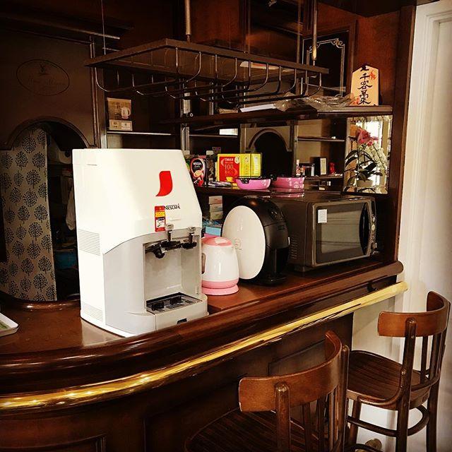 #アイスコーヒーサーバー の登場で〜す️ だんだん暑くなってきましたね。最近まで、店の前では #ウグイスの鳴き声 が聞こえていたのですが、店先の #落ち葉 が少なくなり、 #新芽 が落ちている方が目立つようになりました。#バリスタ でホットより、マグカップに#氷 を入れて #アイスコーヒー として飲んでいましたが、#自宅兼事務所 で箱に入れていた、アイスコーヒーサーバーを持ってきました。#1杯50円 ️でご提供。マイスタ加古川では、飲食持ち込み自由で、#2時間300円 #1日 600円で、#作業 ・#資格の勉強 や #打ち合わせ、#ママ友おしゃべり  など一時利用できます。セルフでお願いする代わりに施設利用料を下げて、いろんな人が集まり、ハンドメイドや3Dプリンターや #スマホカバー印刷 などモノづくりの会話がスパーク🤩するそんな場所にしたいと、利用者同士で趣味の仲間を集めて「クラブ活動」が誕生しています #三人寄れば文殊の知恵 を肌で体験できる場所ですよぉ〜 #マイスタ加古川#モノづくり#コワーキングスペース#加古川#寺家町#UVプリンター#3Dプリンター#レーザーカッター#塗装ブース#刺繍ミシン#プレゼント#ギフト#オリジナルテープ - Instagram投稿