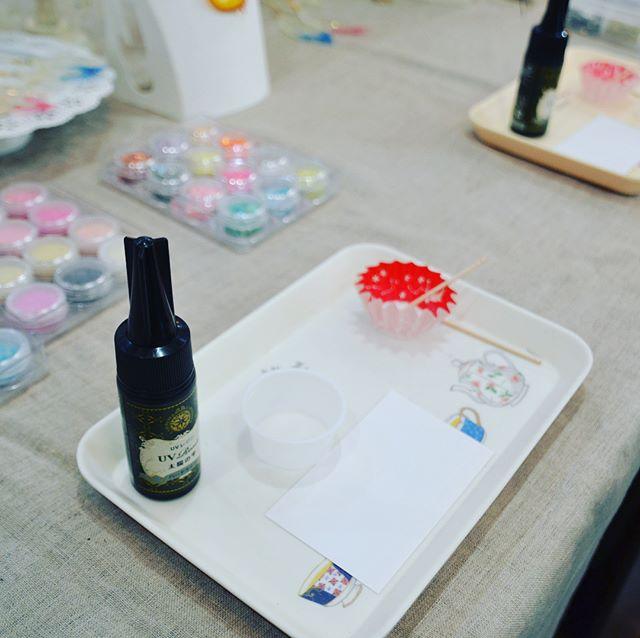 #ハンドメイド市 速報!#レジンアクセサリー #ワークショップ@resin_tomato かわいいスプーンにレジンでデコします。ストラップ・キーホルダー900円バッグチャーム1000円時間30分〜 - Instagram投稿