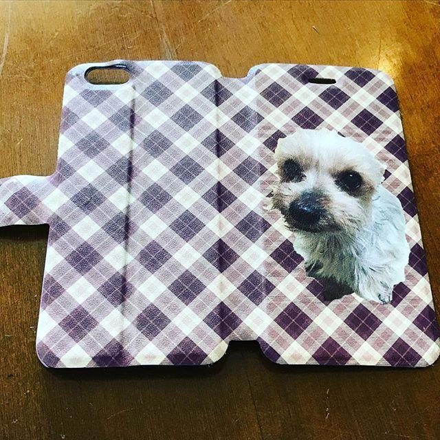いつも店頭で、犬の散歩しているご近所のお母さんが、#スマホカバー を印刷に来られました。#ワンチャン の写真を撮った #スマホ ごと、#おまかせ で、2つご依頼。#写真 を、ヒゲや毛も #切り抜き 処理を少々施しました。#手帳タイプ の表側だけで良いというお話でしたが、ペンキで汚れている方は、ちょっと落ち着いた #バーバリーチェック 風の柄を。もう一つは、青空と野原の画像に重ねてみました。3,4枚目の写真は、加工前。#自分で作る #オリジナルスマホカバー #マイスタ加古川 #加古川 #寺家町#UVプリンター#オリジナルグッズ - Instagram投稿