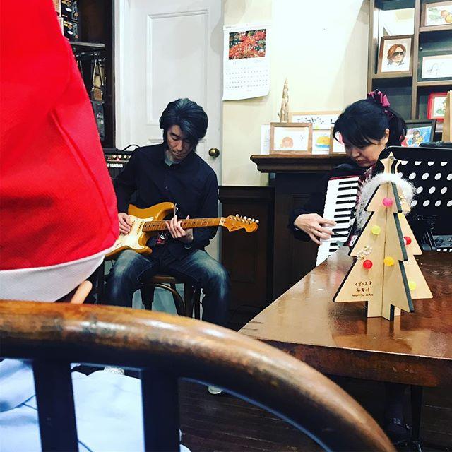 #クリスマスソング #アコーディオン と #ギター の演奏が始まりました。#マイスタ加古川 #クリスマスイベント - Instagram投稿