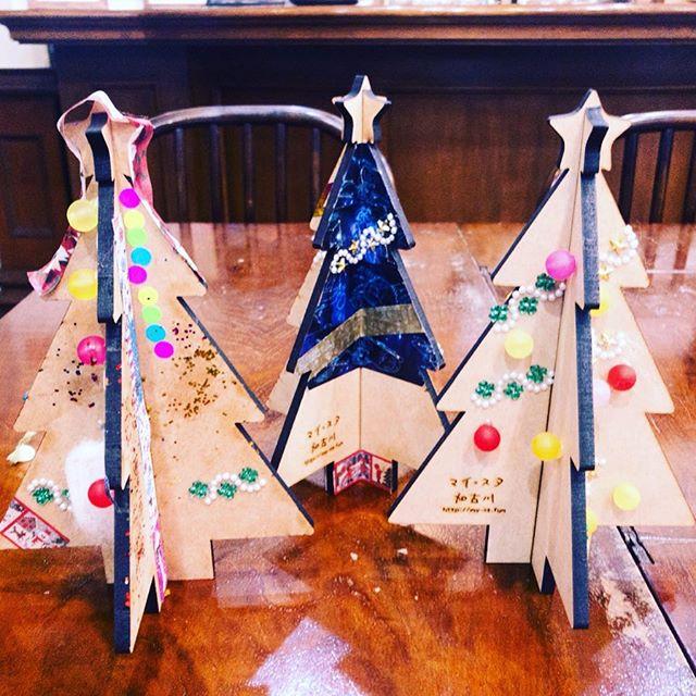 #クリスマスツリー をデコってみました。#レーザー加工機 で作った木製のパーツに、#グルーガン でアクセサリーパーツ を接着したり、#ドーナツシール や #マスキングテープ 、 #デコテープ を貼ったり。貼るのが手軽で、子どもも簡単に楽しめましたね。臨時休業などいろいろあったけど、もうちょっと、早くやらPRしよっと。#マイスタ加古川 #加古川 #寺家町#子育て #ママ友 #子どもと一緒に #憩いの場#化学反応が生まれる場所 - Instagram投稿