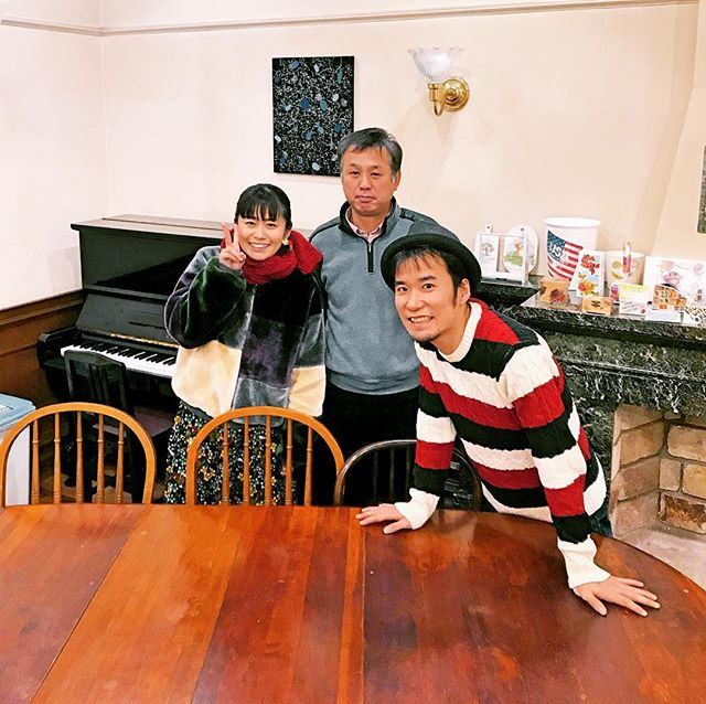 call….it sings(コール イット シングス)の#森本千鶴( @chizuruzuruzuru )さん、#ヤエオ雄太 さんが、#マイスタ加古川 に来てくれました〜。 なんと5年前に、同じ場所(当時はレストラン)でユニットを結成し、現在は東京を中心に音楽活動をされています。そのご縁で、ライブをしていただくことに決定しました。 「ふたつのピアノで、ウタを奏でる。」スタイルのお二人。3時間ほど、音楽談話と人生、夢、使命など、多岐に渡り、素敵な対話が続き、すっかり、お二人の世界観に引き込まれました。2019年3月9日(土)開場12:00 開演12:30開場16:00 開演16:30料金:大人2000円、小人(小・中学生)500円マイスタ加古川でも #チケット購入可#callitsings#アニバーサリーライブ #キーボード#きらきら #2018年12月16日発売 #加古川ライブ#加古川 #寺家町#ワクワクが始まる#ドキドキを共感#化学反応が生まれる場所 #繋がり #物語が始まる #style #standard #station #start #story - Instagram投稿